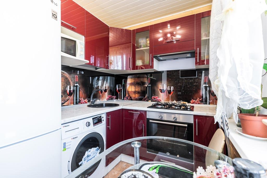 Глянцевая кухня в хрущевку - пластик, красного цвета.