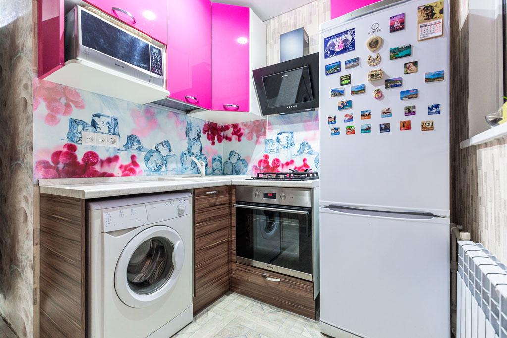 Кухна на заказ в хрущевку, угловая с разными цветами.