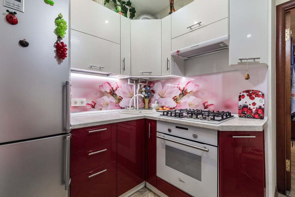 Красно-белая кухня в хрущевку на заказ недорого в СПБ.