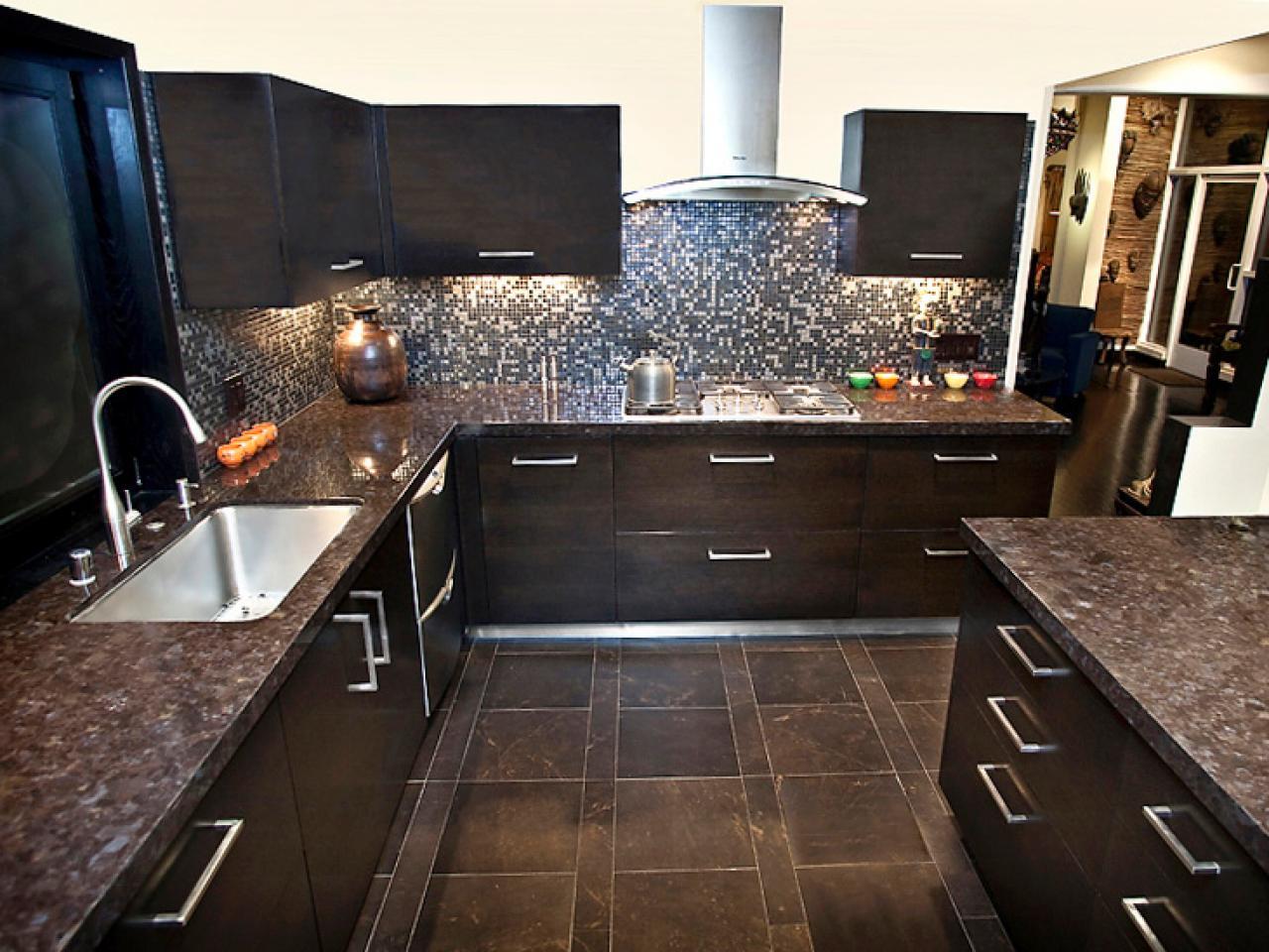 Темно коричневая кухня в интерьере